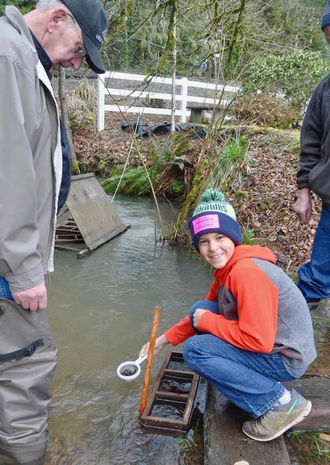 Battleground 4th graders release 10,000 salmon!